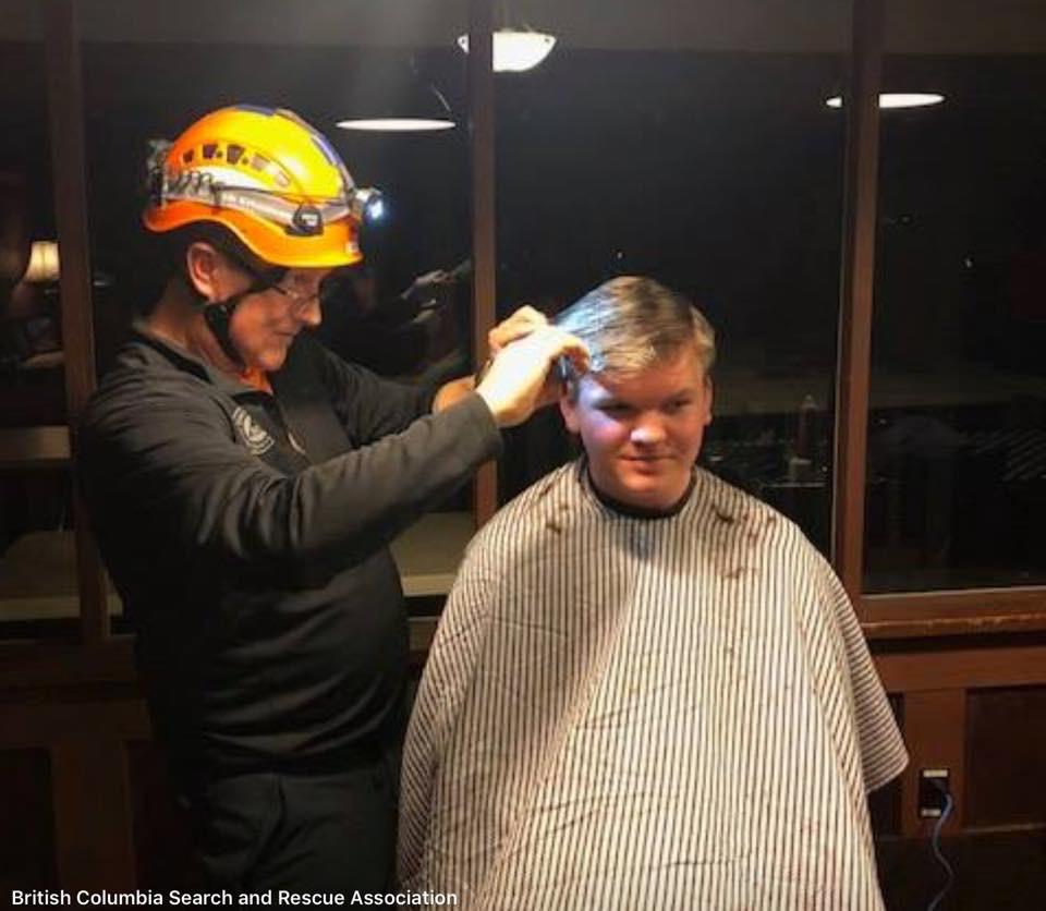 Cutting-a-students-hair-at-the-SAR-Academy_04